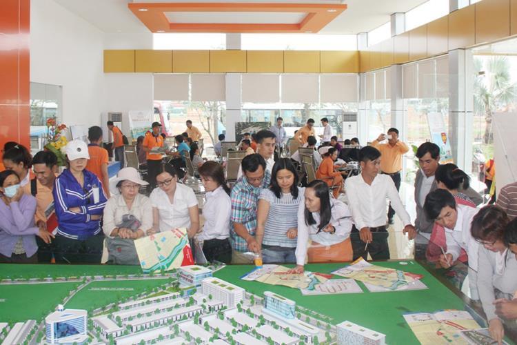 Khách hàng tham quan dự án Mega City tại Bến Cát vào năm 2017