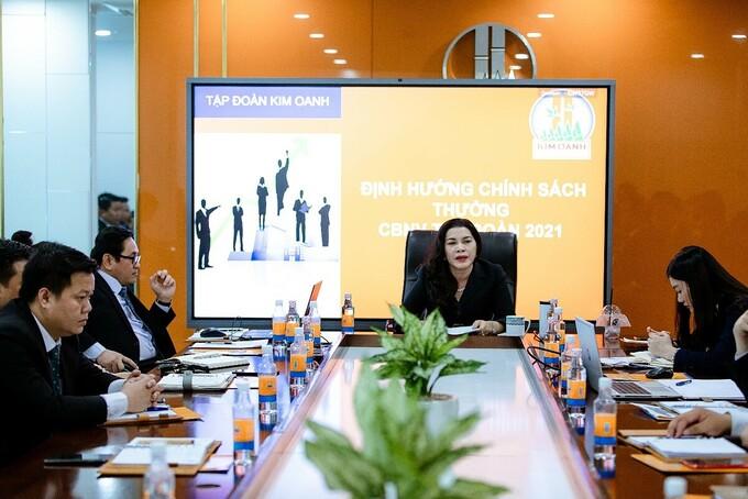 Bà Đặng Thị Kim Oanh - Chủ tịch HĐQT Kim Oanh Group (ngồi giữa) chia sẻ về chiến lược phát triển của công ty.